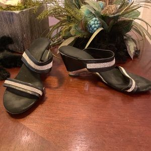 Onex Pave 2 Row Black Strappy Sandals Size 8